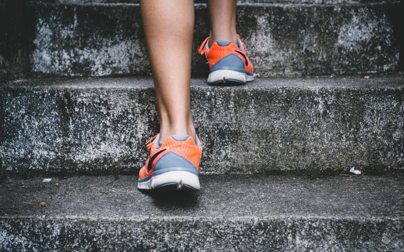 fødder der løber op ad trappe